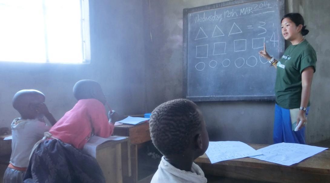 タンザニアの学校で日本人ボランティアが算数教育に取り組む